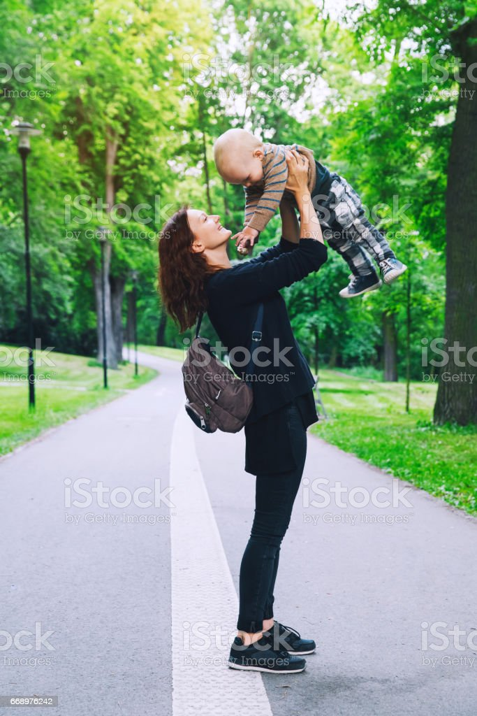Beautiful mother with son in the park in spring time, Prague, Czech Republic. foto stock royalty-free