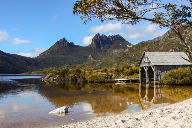 beautiful mountain scenery, dove lake with boat shed - cradle mountain stock photos and pictures