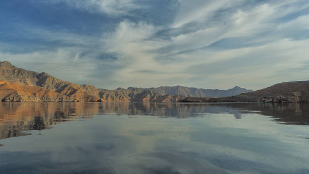 Schöne Berge, die sich im Wasser spiegeln. Fjorde auf der Halbinsel Musandam. Khasab. Oman – Foto