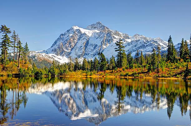 magnifique mont shuksan reflétant le lac picture lake - mont baker photos et images de collection