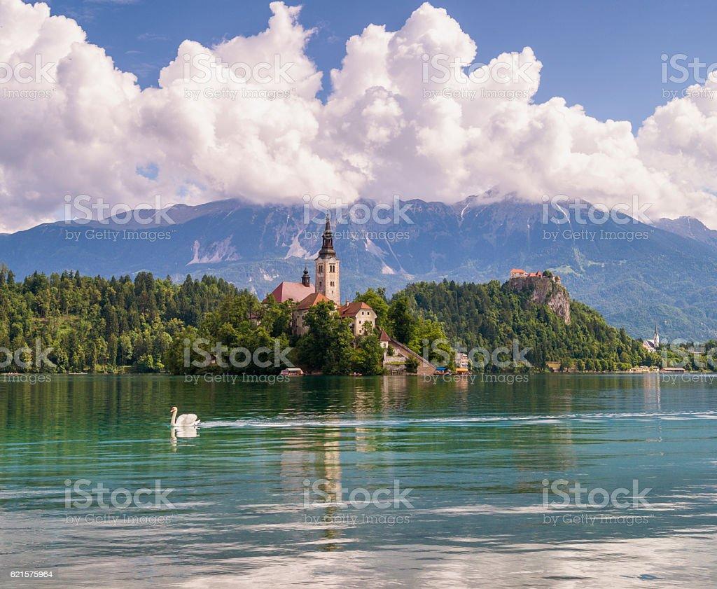 Beau lever de soleil multicolore sur un lac alpin Bled de Slovénie photo libre de droits