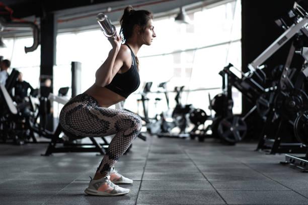 schöne muskulöse Fit Frau, die Aufbaumuskeln trainiert – Foto