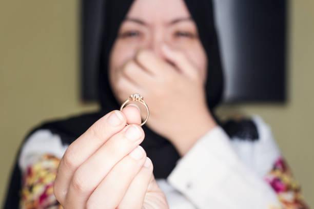 belle femme musulmane pleurer et restitution de bague de mariage à son mari - mariage musulman photos et images de collection