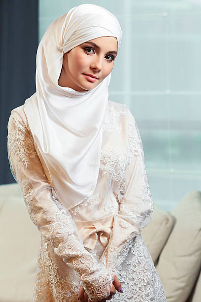 beautiful muslim woman in a white wedding dress - mariage musulman photos et images de collection