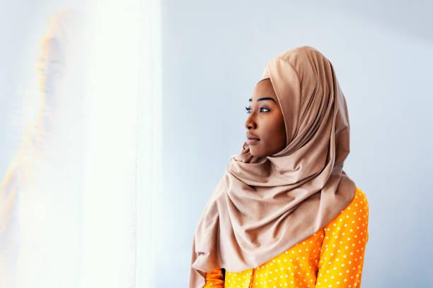 Belle femme musulmane regardant loin - Photo