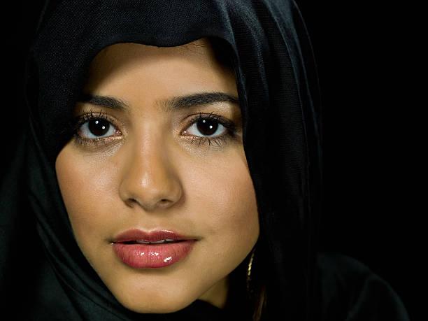 belle jeune femme musulmane - femme arabe photos et images de collection