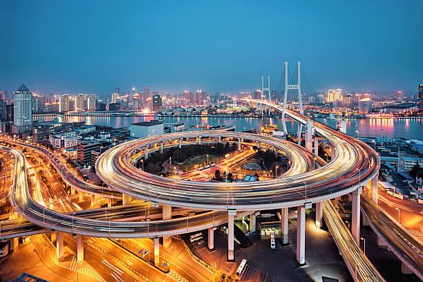beautiful nanpu bridge at dusk ,crosses huangpu river ,shanghai - bogen bauen stock-fotos und bilder