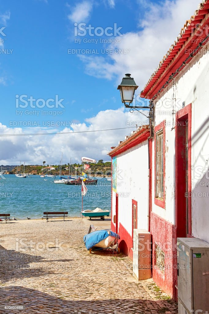 Beautiful narrow street of portuguese fisherman village Alvor - fotografia de stock