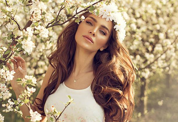 schönen natürlichen frau im garten von apple - vor zöpfe stock-fotos und bilder