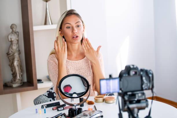 beautiful natural woman professional beauty vlogger or blogger live broadcasting cosmetic makeup tutorial viral video clip by camera sharing on social media - dodatkowa praca zdjęcia i obrazy z banku zdjęć