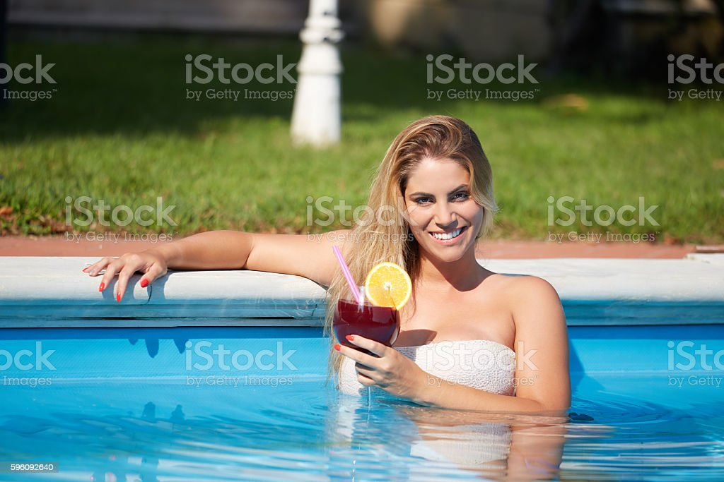 Beautiful natural woman smiling in pool on summer vacations Lizenzfreies stock-foto