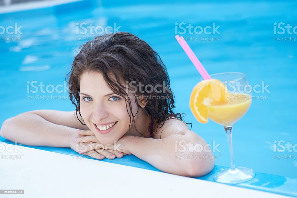 Beautiful natural woman smiling in pool on summer vacations photo libre de droits