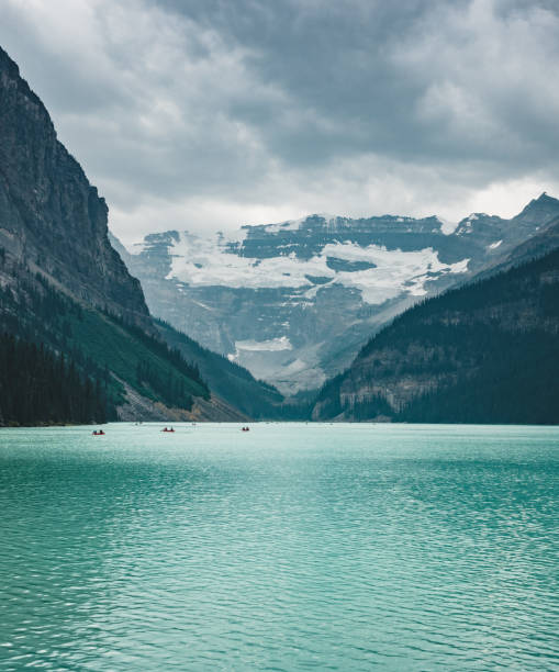 beautiful nature of lake louise in foreground and mountain in background in banff national park, canada alberta - moraine стоковые фото и изображения