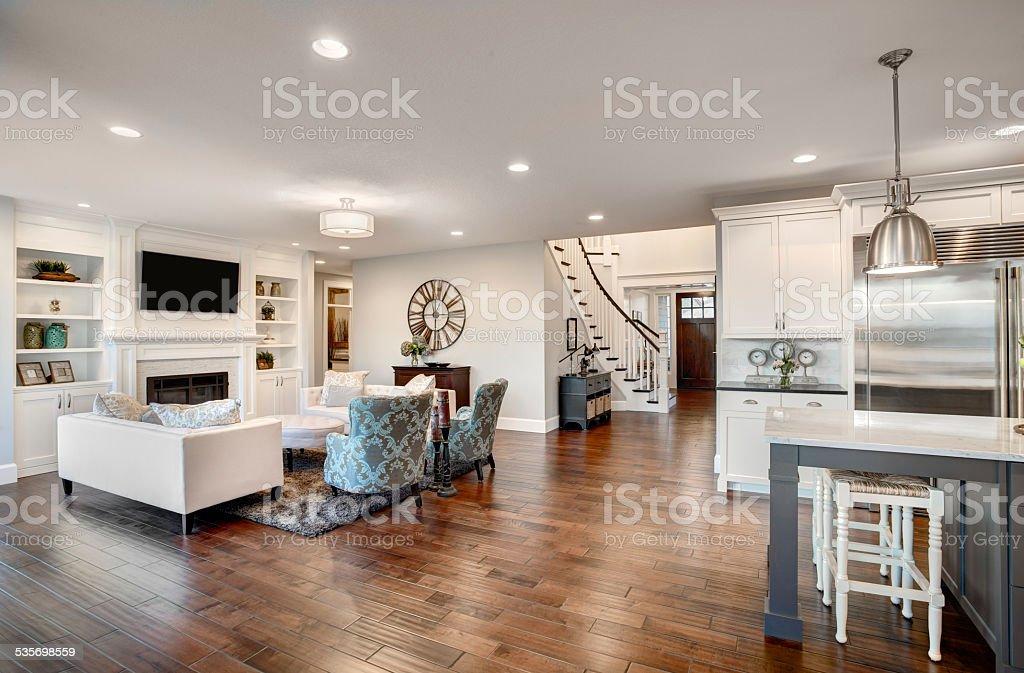 Wunderschöne neu eingerichtetes Wohnzimmer in der neuen Luxus-Home – Foto