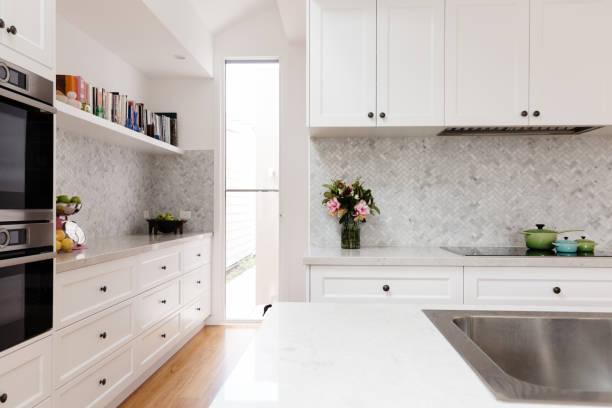schöne neue küche im klassischen landhausstil - grillstein stock-fotos und bilder