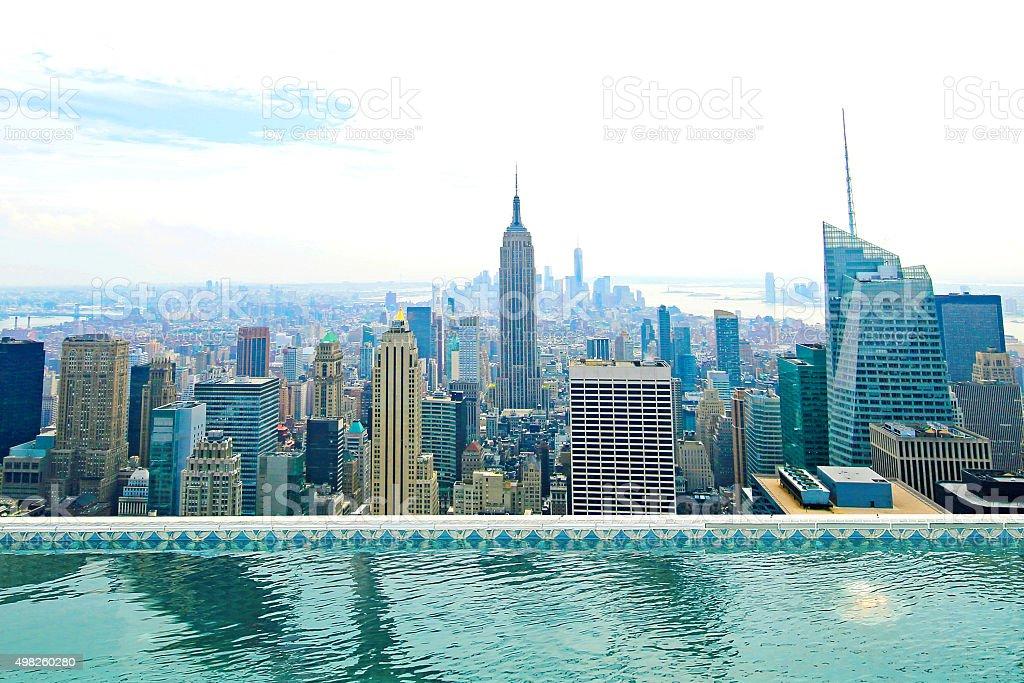 hermoso nuevos edificios de la ciudad de nueva york a la piscina foto de stock libre