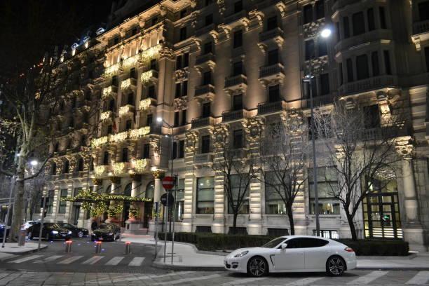"""silvester nacht die aussicht an der fassade des luxushotels """"gallia excelsior"""" befindet sich in der nähe von mailand zentrale. - hotel mailand stock-fotos und bilder"""