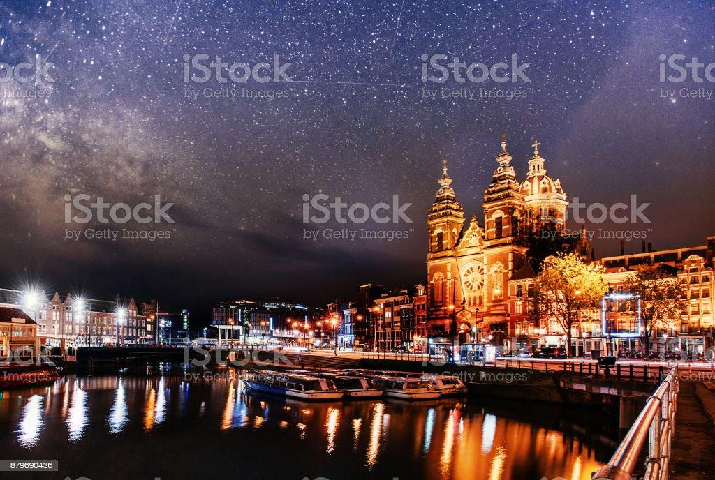 Schöne Nacht in Amsterdam.  Beleuchtung von Gebäuden – Foto