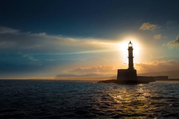 un ciel de belle nuit derrière un phare brillant. crète, grèce - phare photos et images de collection