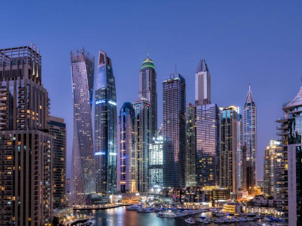 Schöne Nachtansicht des Dubai Architecture Complex – Foto
