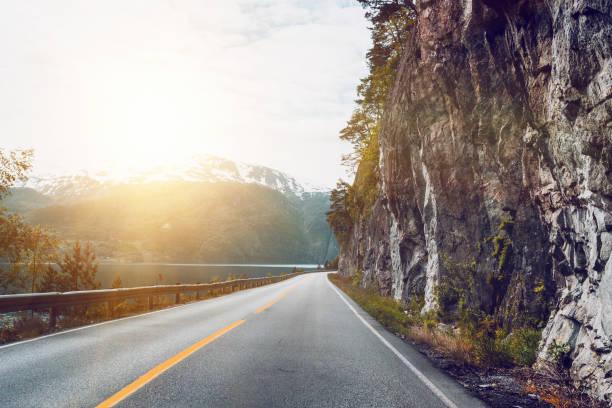 bela estrada norueguês ao longo do fiorde, Noruega