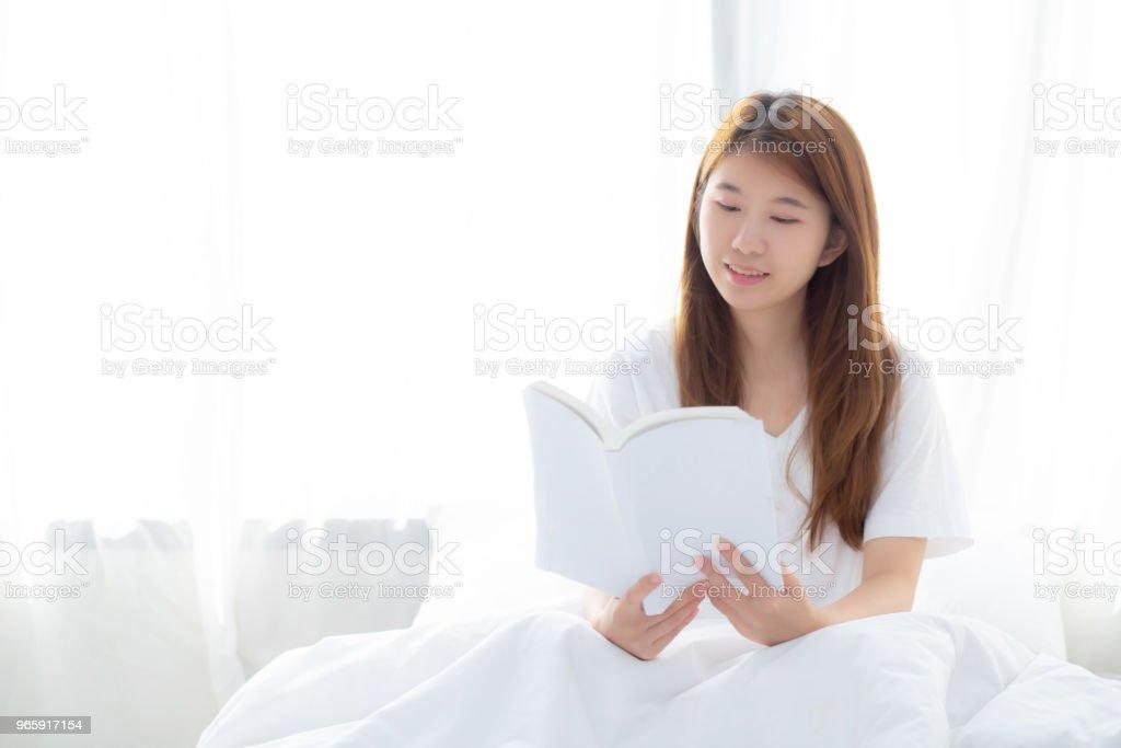 Beautiful van portret jonge Aziatische vrouw ontspannen vergadering leesboek op slaapkamer thuis, meisje studie literatuur, onderwijs en llifestyle concept. - Royalty-free Azië Stockfoto