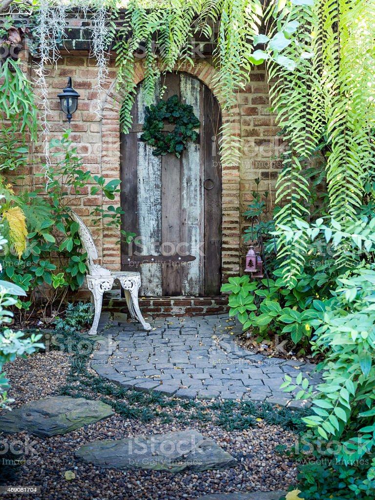 Vieille Porte Du0027entrée Dans Un Style Anglais Maison De Briques Photo Libre  De Droits