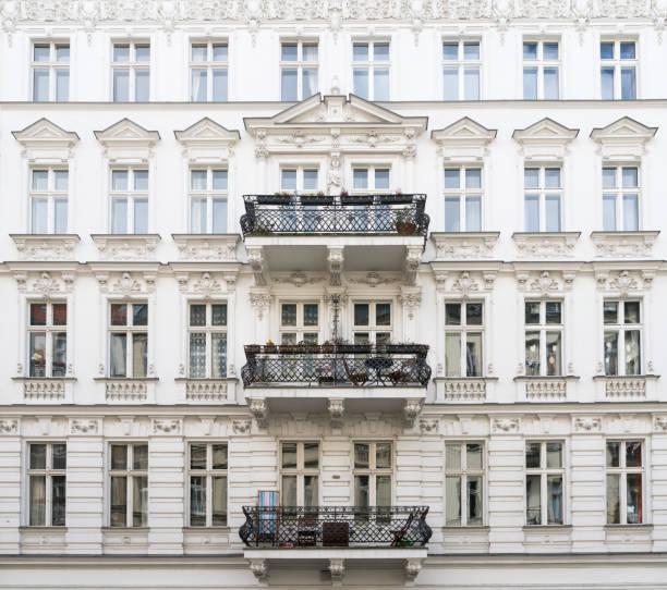 schönes altes haus mit stuck in berlin, kreuzberg - altbauten stock-fotos und bilder