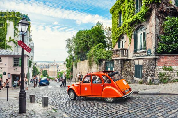 vackra gamla gatan i montmartre-distriktet i paris, frankrike - montmatre utsikt bildbanksfoton och bilder