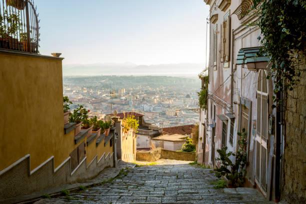 schöne alte straße in neapel, italien - neapel stock-fotos und bilder