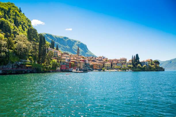 prachtige oude haven van de stad in de italiaanse stad van varenna - lecco lombardije stockfoto's en -beelden
