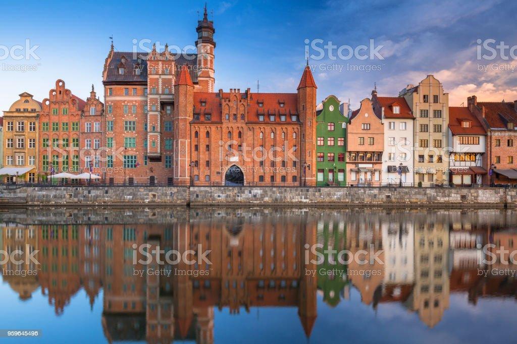 Hermoso casco antiguo de Gdansk refleja en el río Motlawa al amanecer - Foto de stock de Acera libre de derechos
