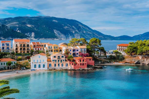 belle vue panoramique du village assos avec vives coloré abrite près de lagon turquoise couleur et transparent bay bleu. céphalonie, grèce - grece photos et images de collection
