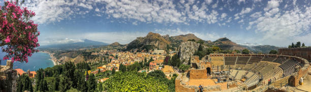 陶爾米納,西西里的美麗全景視圖 - 陶爾米納 個照片及圖片檔