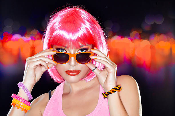 Wunderschöne Party Girl.  Stilvolle Rosa Haar. – Foto