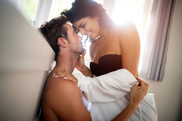 Schöne leidenschaftliche paar im Schlafzimmer – Foto