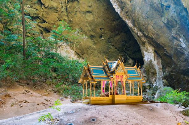 Beau pavillon dans la grotte de la montagne - Photo