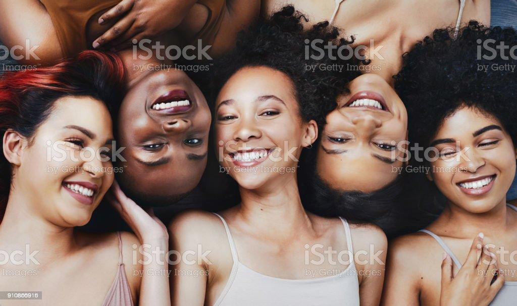 Pessoas bonitas veem a beleza nos outros - foto de acervo