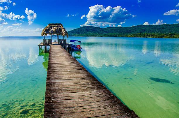 Schönen pier am See Peten, Guatemala – Foto
