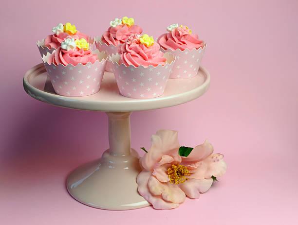 schöne rosa dekoriert cupcakes auf kuchen-stand - brautparty kuchen stock-fotos und bilder