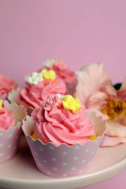 schöne rosa dekoriert cupcakes vertikale nahaufnahme mit bokeh. - brautparty kuchen stock-fotos und bilder