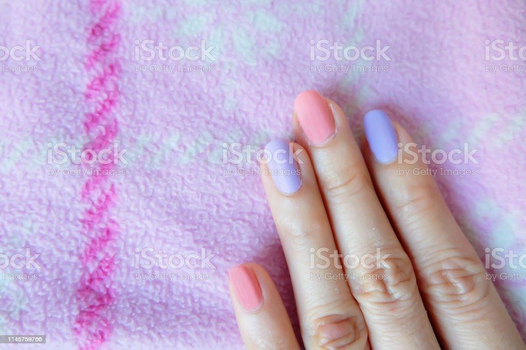 Hermoso Esmalte De Uñas Rosa Manos Femeninas Con Uñas Rosas