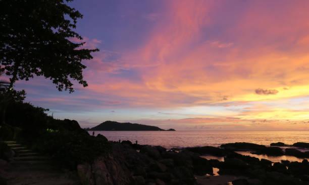 Schöner rosa Sonnenuntergang in Patong, Phuket, Thailand – Foto