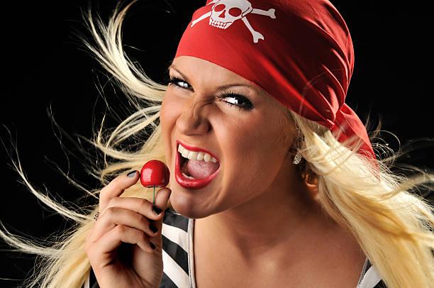 schöne piraten hält eine kirsche - coole halloween kostüme stock-fotos und bilder