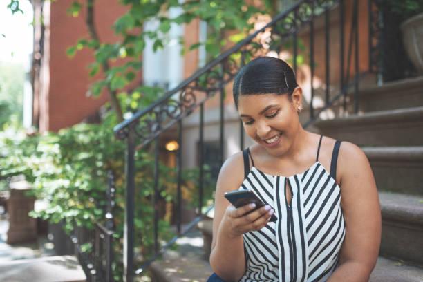 hermosa más talla mujer dominicana en usa teléfono para la comunicación. - mujeres dominicanas fotografías e imágenes de stock