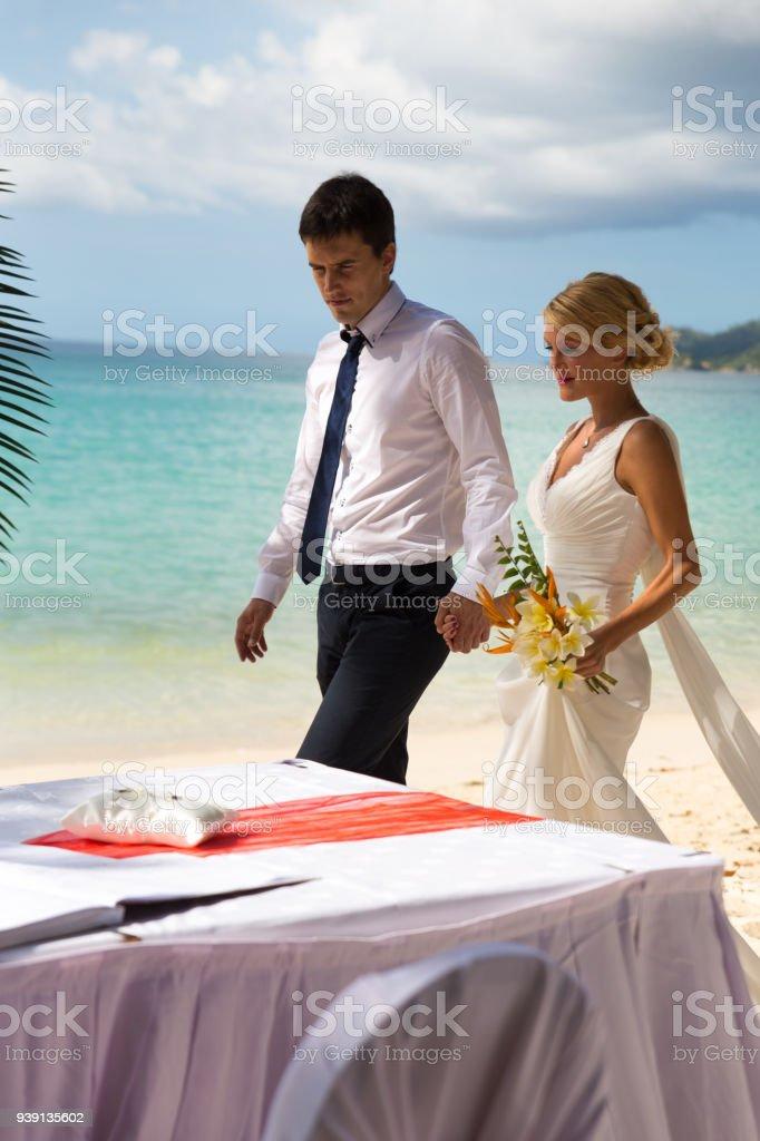 Schones Portrat Von Ein Liebendes Paar Hand In Hand Bei Hochzeit
