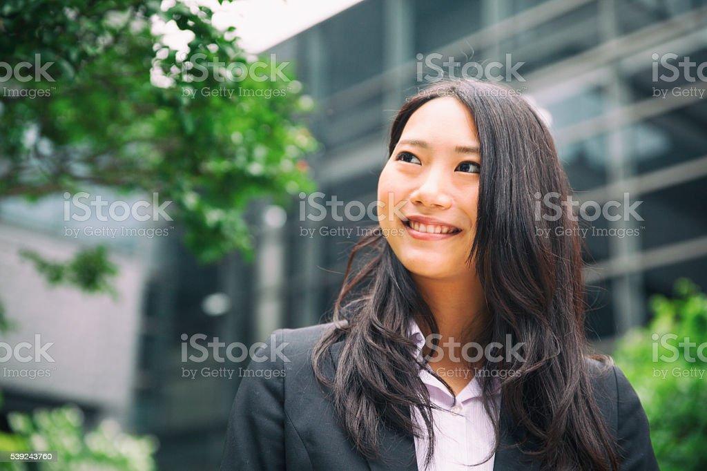 Hermoso Retrato de una joven mujer de negocios japonés foto de stock libre de derechos