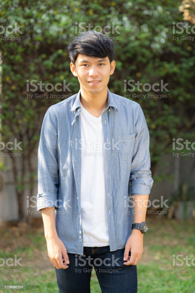 Retrato Hermoso Guapo Asiático Joven Permanente Sonrisa Con