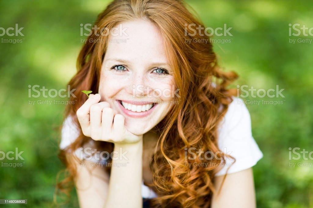 Schöne positive junge Rotschopf Frau mit blauen Augen in der Natur - Lizenzfrei Attraktive Frau Stock-Foto
