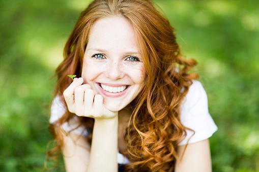 Schöne Positive Junge Rotschopf Frau Mit Blauen Augen In Der Natur Stockfoto und mehr Bilder von Attraktive Frau